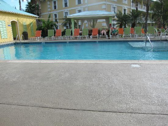 Sunshine Suites Resort : Hotel pool - you can eat out there too