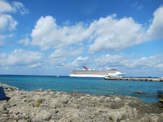 Sunshine Suites Resort: George Town - view of the cruse ships