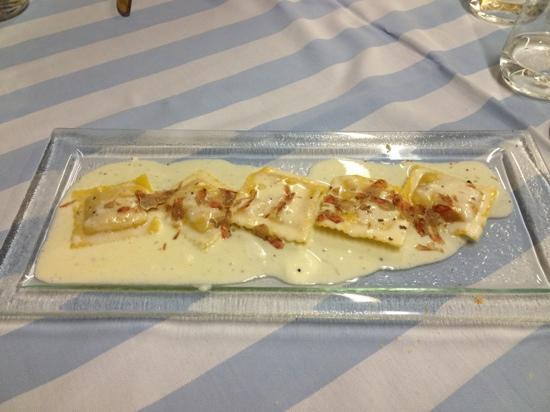 Albergo Trattoria Alle Castrette Restaurant: ravioli di zucca con casatella e tartufo