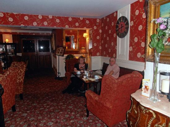 Bellbridge House Hotel: Sitting area with cosy fireplace & comfy chairs