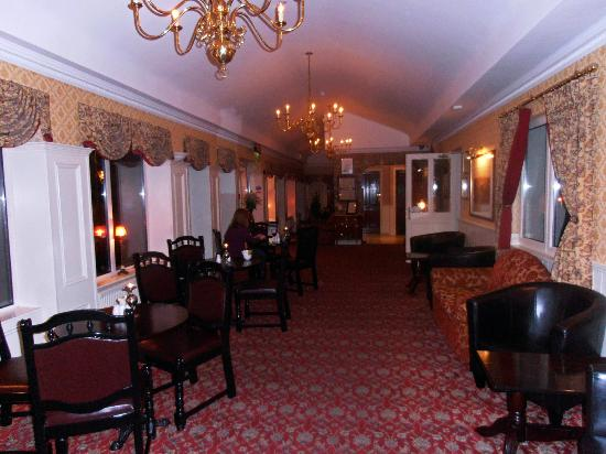 Bellbridge House Hotel: Foyer with comfy sofas for a quiet read