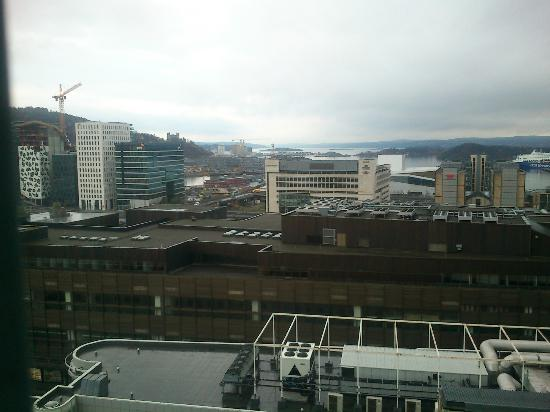 Radisson Blu Plaza Hotel, Oslo: Utsikt fra 15. etasje på dagtid. Bjørvika og Oslo Operahus kan skimtes mot havet.
