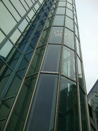 Radisson Blu Plaza Hotel, Oslo: Glassheisen sett utenfra.