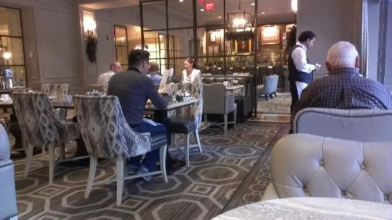 Loews Madison Hotel: Breakfast near the lobby