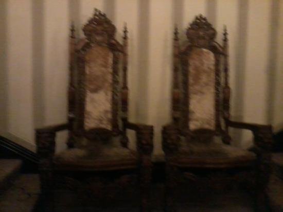 Clontarf Castle Hotel: furniture so gorg