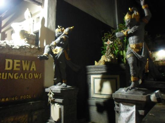 Dewa Bungalows: Entrée de l'hôtel