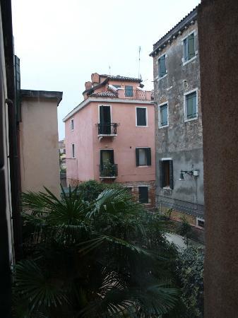 Gardena Hotel: Vue de la chambre sur la cour de l'hôtel