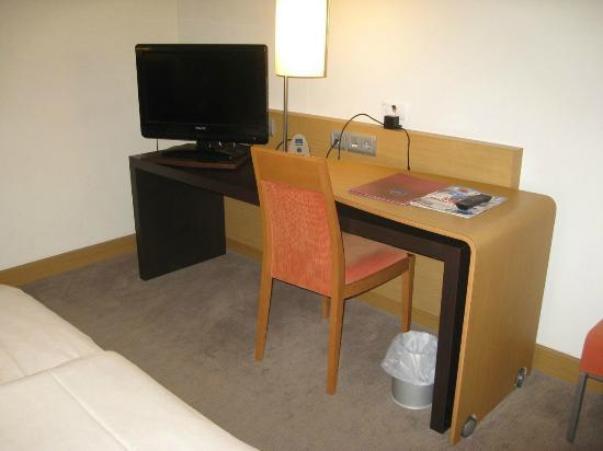 Novotel Wuerzburg: Desk in the room