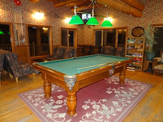 Spruce Hill Resort & Spa: Pool table in the family area.