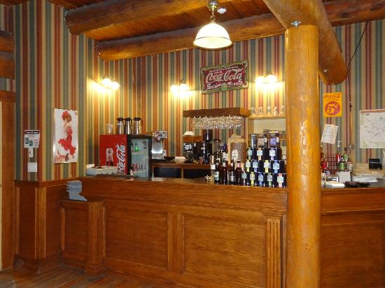 Spruce Hill Resort & Spa: The bar at the 1871 Saloon.