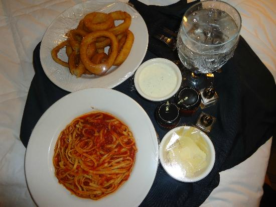 ‪‪Four Points by Sheraton Los Angeles International Airport‬: My dinner: pasta with marinara sauce and onion rings‬