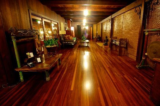Holualoa Inn: Main walkway
