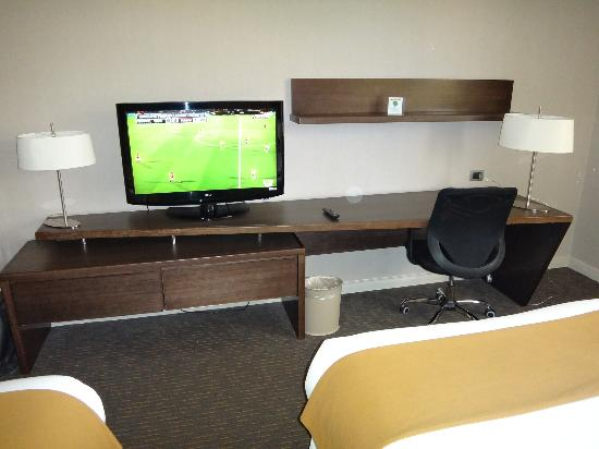 Holiday Inn Express Temuco: TV and table set in the room