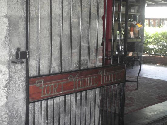 Fort Young Hotel: entrance gate