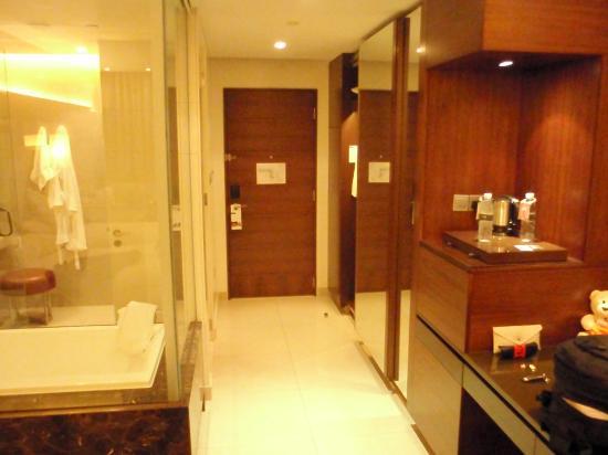 Sheraton Dubai Mall of the Emirates Hotel: stanza con bagno a vista spaziosa ed arieggiata