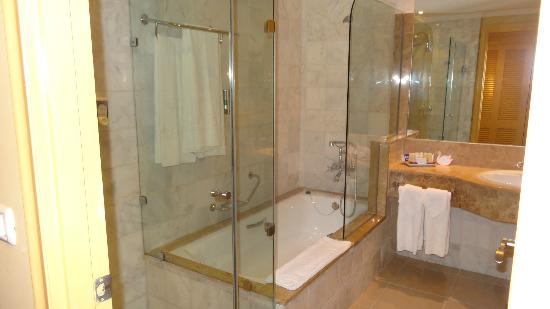 Iberostar Grand Hotel Trinidad: clean and spacious bathroom with bath and separate shower