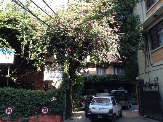نيرفانا جاردن هوتل: Hotel Entrance 