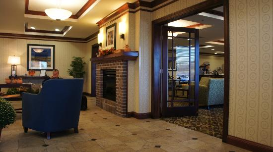 Holiday Inn Express Hotel & Suites Dewitt (Syracuse): One of the doors into the Dining room/Lounge