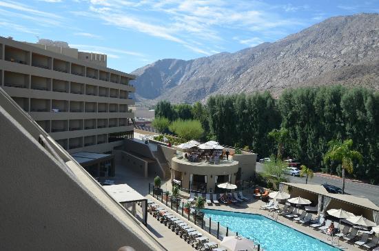Hyatt Palm Springs: Blick aus der 4. Etage auf die Poolanlage