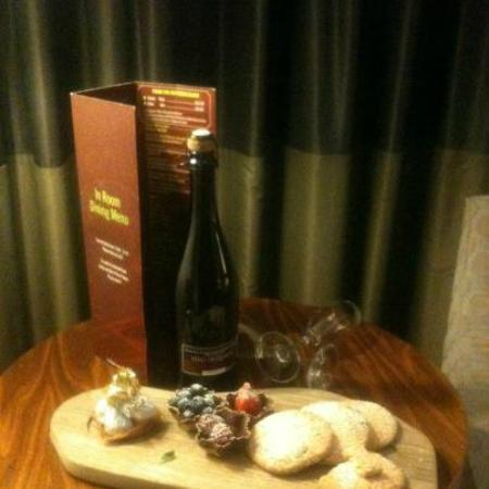 Rochestown Park Hotel: mmm free champagne in room