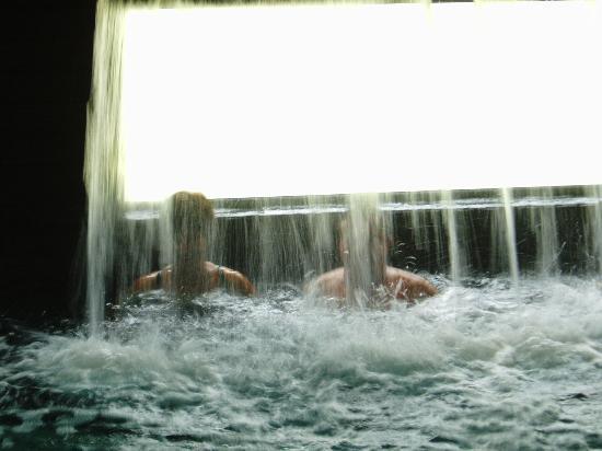 Palace Hotel Monte Real: Uma boa massagem na cascata da piscina