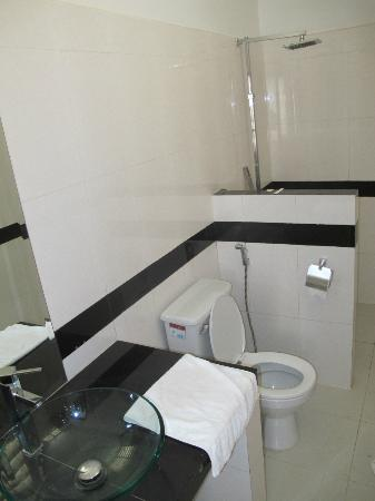 Eureka Villas Phnom Penh: Bathroom, shower