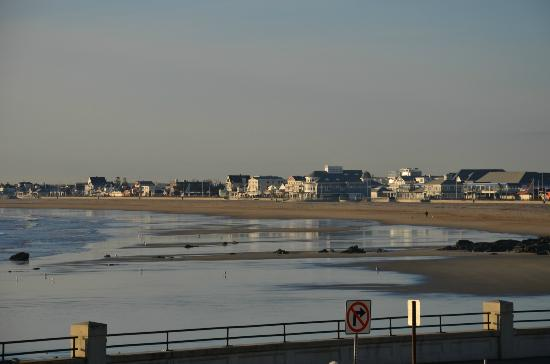 Atlantic Breeze Suites: View of Hampton Beach from room 1st floor