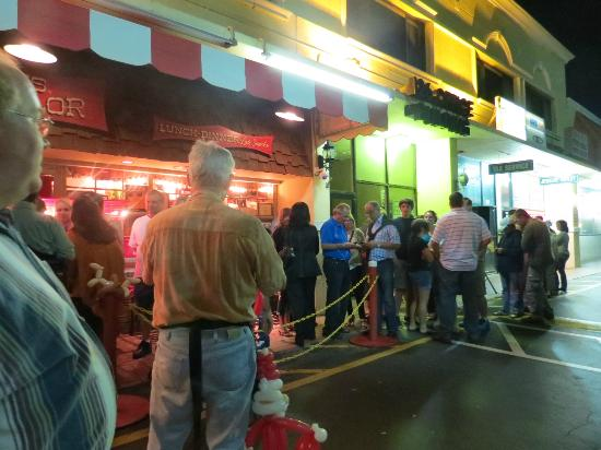 Jaxson's Ice Cream Parlor: lines outside
