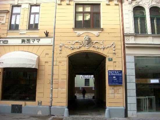 Hotel Emonec: Fachada do hotel
