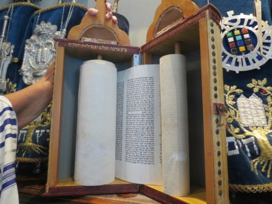 Beracha Veshalom Vegimulth Hasidim Synagogue: Torah