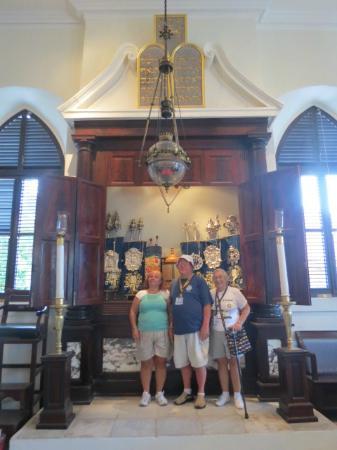 Beracha Veshalom Vegimulth Hasidim Synagogue: us