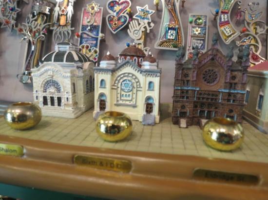Beracha Veshalom Vegimulth Hasidim Synagogue: menorah