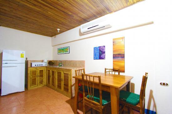 Beach Break Surf Hotel: Kitchen in Exlucive room