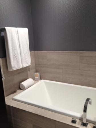 Ivy Boutique Hotel: tub