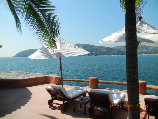La Casa Que Canta: View looking out to Zihuatenejo Bay from salt water pool