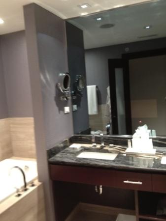 Ivy Boutique Hotel: bathroom w tv in the mirror