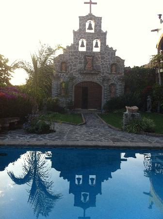 Villa del Angel Bed and Breakfast : Chapel reflected on pool