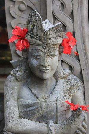 Nusa Dua Beach Hotel & Spa: One of the many statues