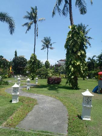 White Rose Kuta Resort, Villas & Spa: grounds