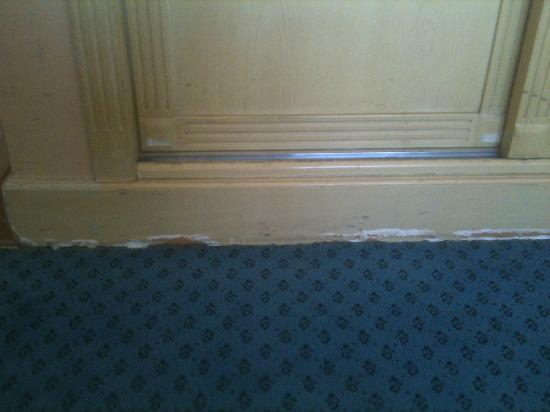 Days Hotel Manama: Poor condition of skirting boards under wardrobe and throughout room
