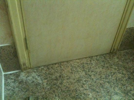 ‪‪Days Hotel Manama‬: Door frame inside bathroom in poor condition