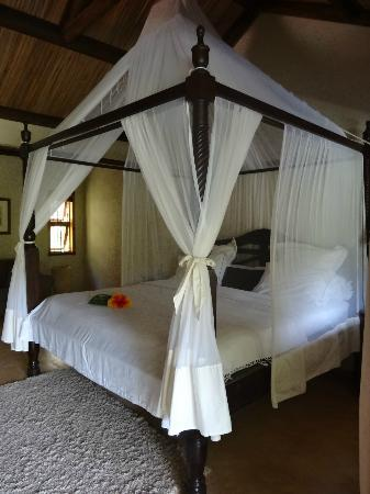 Lakaz Chamarel Exclusive Lodge: Lit king size dans suite Dame Créole