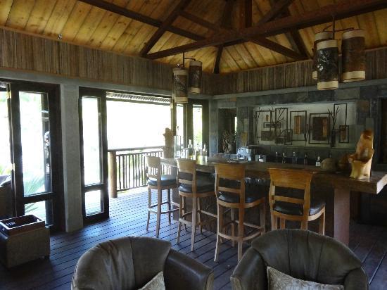 Lakaz Chamarel Exclusive Lodge: Le salon et bar (magnifique le soir avec un feu de bois)