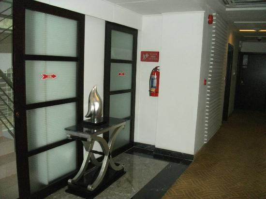 Innotel Baton Rouge : LOCKED FIRE ESCAPE - unbelievable! AVOID THIS HOTEL