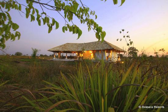 "Kolara, Inde : ""The Teakhouse"" at Svasara Lodge - an outdoor pavillion for dining"