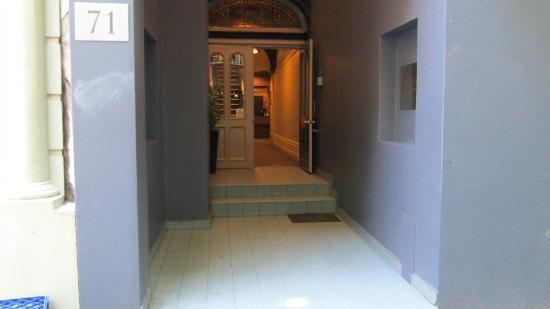 Macleay Lodge Sydney: Front entrance