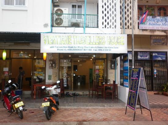 Vientiane Travellers House : ホステルのエントランス