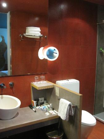 Petit Palace Museum Hotel: stylish bathroom