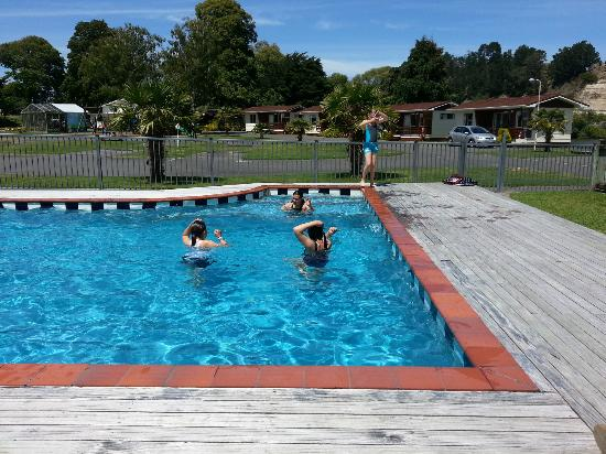 Whanganui River: Kids in pool