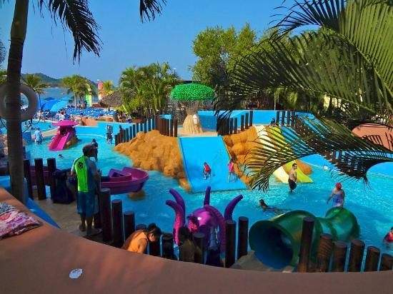 Azul Ixtapa Beach Resort & Convention Center: Kids pool area
